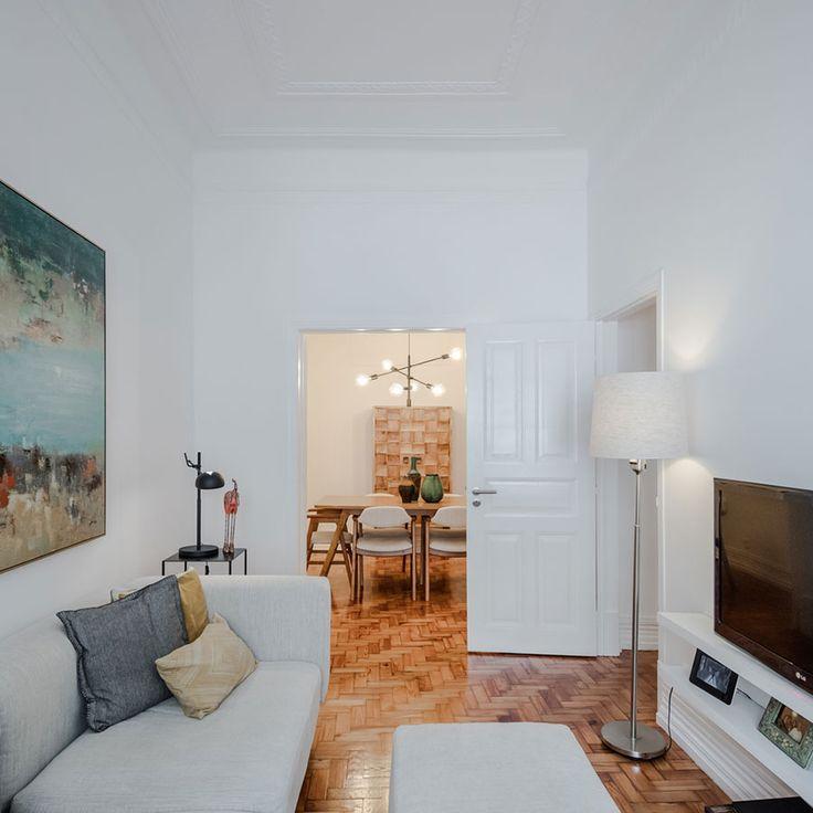 Decoração de sala de estar de apartamento pequeno, decoração minimal, paredes brancas, marcenaria, sofá, abajur, obra de arte