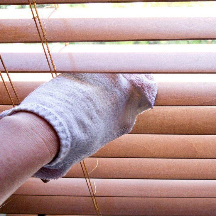 Um Jalousien zu reinigen dippt man mit einer Socke über der Hand in eine Schale mit 50% Wasser und 50 % weißem Essig und wischt so jede Blende ab.