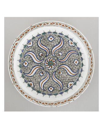 Plat à la rosace sur fond de spirales- Musée national de la Renaissance (Ecouen)
