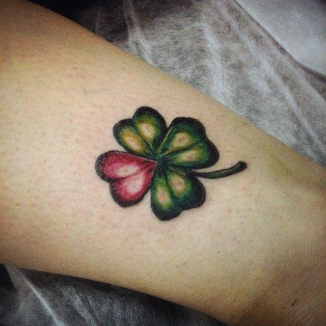 A nice clover for a nice girl :) #tattoo #newtattoo #clover #clovertattoo #plant #tattoomachine #tattooartist #trefoil #клевер #четырехлистник #клевертату #татуировка #Moscow #Russia