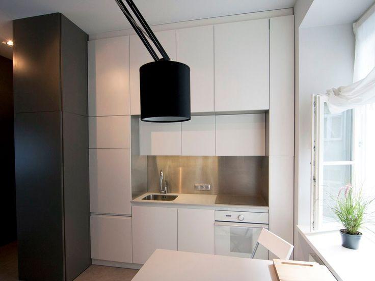 Gdzieś na Powiślu w Warszawie jest mieszkanie, które powstało niczym feniks z popiołów. Jest ono idealnym przykładem połączenia nowoczesnego minimalistycznego a może nawet lekko surowego stylu ze starymi elementami wystroju takimi jak podłogi ściana z cegły czy drzwi. My mieliśmy okazję zrealizować kuchnię, która pomimo swoich małych rozmiarów jest bardzo funkcjonalna. Na szczególną uwagę zasługuje wyspa, która jest w pełni mobilna i posiada szuflady na systemie blum tandembox.