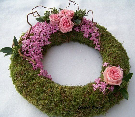 Interesting use of the moss negative space; nice to see the moss itself which also creates an even stronger floral, center of interest. This would also be beautiful with natural branches, pine cones, and texturally interesting foliage.  Definitely can be adapted for any season or occasion..