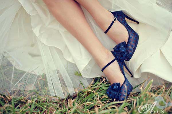 """Sono poche le cose che noi donne amiamo come le scarpe.Marilyn Monroediceva: """"Date ad una ragazza lescarpe giustee potrà conquistare il mondo"""". Le scarpe che indosseremo sotto l'abito da sposa non fanno eccezione, saranno per noi importanti quasi quanto il vestito. Ma se scegliessimo scarpe nei toni del bianco, come vuole la tradizione, queste passerebbero …"""