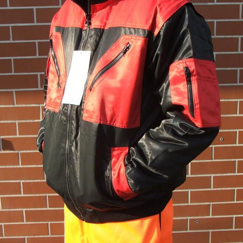 KÉTTÓNUSÚ PILÓTA DZSEKI 2in1 Kevert szálas anyag, vízlepergető réteggel ellátva, kizippzározható műszőrme béléssel, levehető ujjakkal. Mobiltelefon-tartó zsebbel, mellső illetve belső zsebekkel. A dzseki kiválóan használható átmeneti kabátként illetve mellényként is! Logózható! 60% Pamut 40% Poliészter 240g, vízlepergető Itt megveheted: http://www.haztuzvedo.com/product-page/00d970d9-2466-f1b6-eeae-d94b41cfe12d