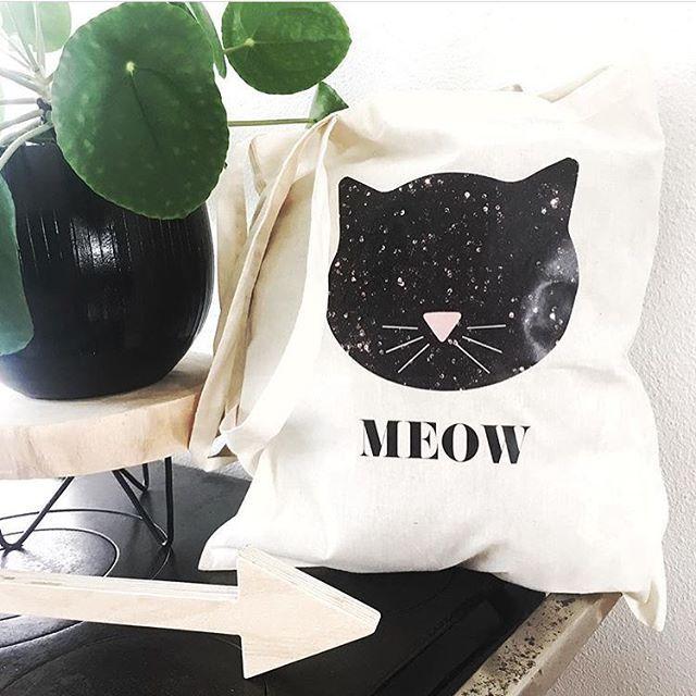 -Dierendag- Daarom dit leuke tasje vandaag met €2,50 korting! Link in bio, op=op🐱 . . #dierendag #dierenliefhebbers #poes #cat #meow #totebag #canvasbag #canvastas #shop26negen