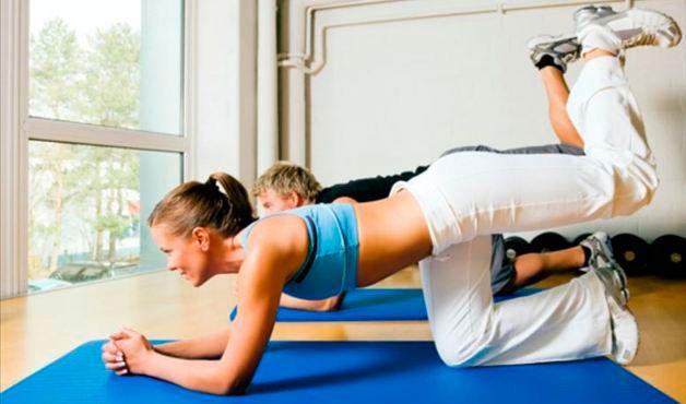 QUATRO APOIOS - Esse exercício trabalha os músculos posteriores da coxa e glúteos. Para fazê-lo, você deve apoiar seus joelhos e cotovelos alinhados com os ombros e quadris em um colchonete. Depois levanta uma das pernas, sem esticá-la, e faça movimentos de subida e descida, como se estivesse dando coices para o alto.