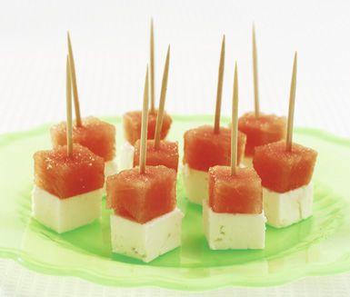 Sött och salt - melon med fetaost är suveränt som tilltugg och aptitretare. Den goda melonsmaken passar perfekt med den salta fetaosten. Du fixar detta snabbt och resultatet är högklassigt.