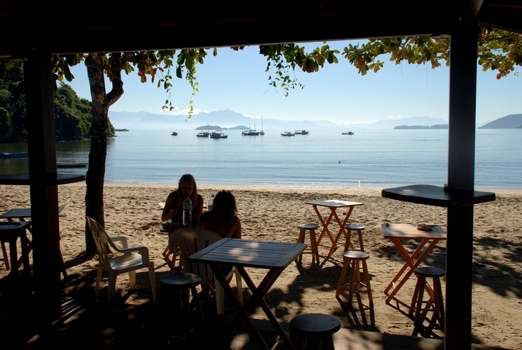 Albergues Parati - Vista do Cafe da Manha na Praia. Servido no Hostel em Paraty, Misti Chill Hostel & Pousada.   Breakfast on the Beach by Misti Chill Hostel Paraty