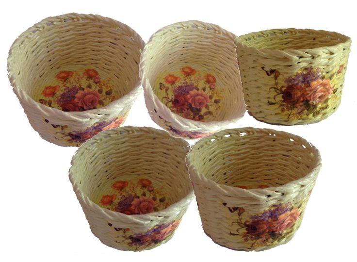 Keranjang serbaguna dengan paduan bunga dengan teknik decoupage. Tinggi : 14 cm Diameter : 19 cm