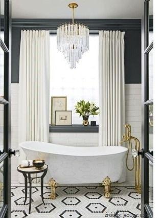 Piękno tkwi w szczegółach. Detale, które dodadzą uroku łazience: wanna na lwich nóżkach i kryształowy żyrandol