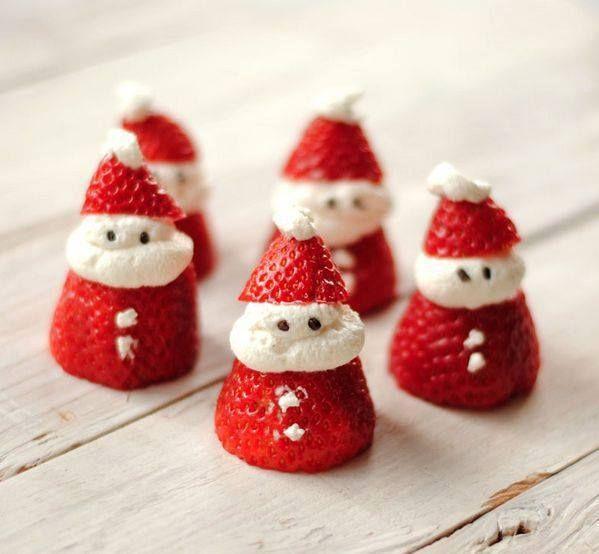 5 aardbeien 250 ml slagroom Stukje pure chocolade Bereiding: Snijd de onderkantje van de aardbei, deze gebruik je zo als kersthoed. Klop de slagroom stevig. Zet de bovenste helft op zijn kop, doe er wat slagroom tussen met de slagroomspuit. Maak van wat toefjes slagroom de knoopjes op zijn jasje. smelt de chocolade en laat kleine ronde bolletjes stollen. zet het onderkantje als muts op de slagroom. klein slagroom toefje er op en klaar is je nagerecht Ook heel leuk op een kerst taart