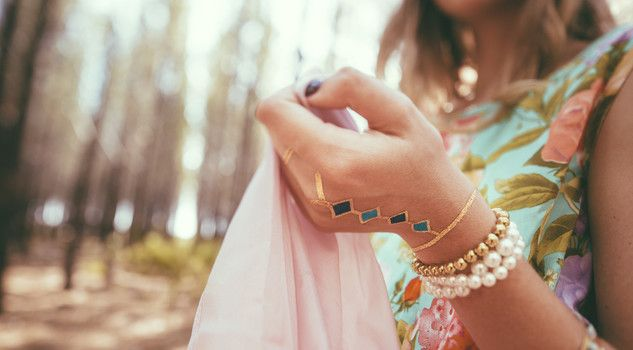 Espadrillas, finti piercing e tatuaggi temporanei, i must have dell'estate