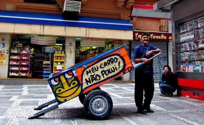 """Só em São Paulo existem 20 mil catadores de lixo, responsáveis por recolher em média 90% do material destinado à reciclagem. Com intuito de provocar a sociedade e de ajudar esses trabalhadores tão importantes nas nossas vidas, o grafiteiro Mundano criou o projeto """"Pimp my carroça"""" - uma paródia dos programas de TV que tunam carros. Nele, carroceiros escolhidos ganham de presente uma reforma na sua carroça, com a inclusão de itens de segurança e uma arte feita por grafiteiros profissionais…"""