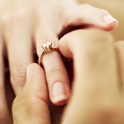 Inelele de logodna cu diamante au devenit cu timpul atat o expresie a cererii in casatorie, cat si o investitie materiala, adaugata celei spirituale. Pentru un barbat care se afla la primul contact cu tipurile de diamante si cu modelele de inele, intreaga incursiune in universul bijuteriilor cu insemnatate se poate transforma intr-o goana teribila printr-un labirint aparent fara iesire. Iar temerile si nesiguranta cresc pe masura ce detaliile sunt aprofundate.