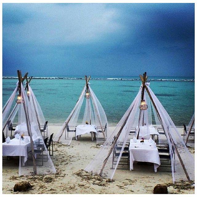 """""""Que mejor forma de comenzar el sábado, soñando con crear una boda así a los pies del oceano ¿Novios voluntarios?  ¡Feliz Sábado! #weddinginspirations #beachwedding #tipi #bodasconestilo (foto vía @the_lane ) #ideasparabodas"""" Photo taken by @eventos_clandestine on Instagram, pinned via the InstaPin iOS App! http://www.instapinapp.com (07/18/2015)"""