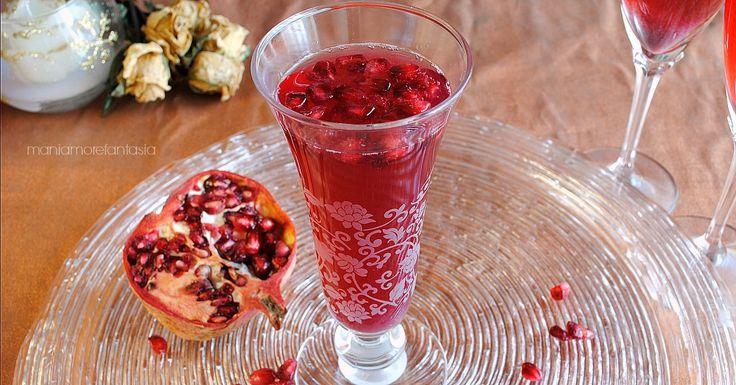Servite il cocktail di spumante al melograno per un aperitivo elegante oppure per accompagnare i vostri antipasti natalizi. Farete un figurone!