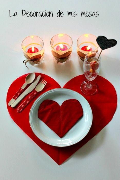 Te damos más ideas para decorar la mesa de San Valentín. Si vamos a celebrarlo en casa es una idea genial hacer algún salvamantel, utilizar velas y servilletas en rojo para un toque más romántico.