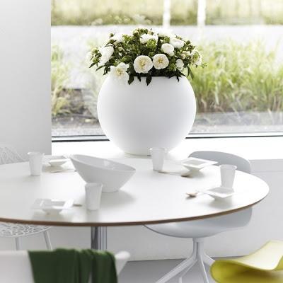 The classic beauty of elegant white.  Pot De Fleurs Elho Pure Ball decodesign / Décoration