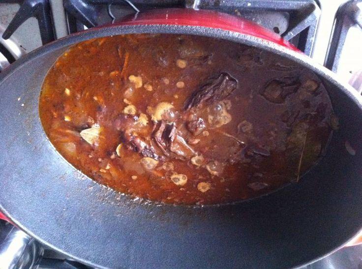 Wie draadjesvlees niet kent mist wat! Heerlijk langzaam gegaard rundvlees, je moet er een beetje tijd voor uittrekken, maar het resultaat is verschrikkelijk...