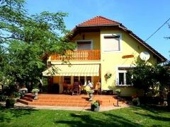 """Vakantiehuis Halikibe bij het Balatonmeer staat 200 meter van het meer. Het is een ruim huis (200 m²) met een tuin van 800 m² (terras 50 m²) op het zuiden. De naam van het huis komt uit het Maleis en betekent """"huis gevuld met vreugde"""".  Dit huis is uitermate geschikt voor een zon- en strand vakantie in Hongarije.  Vakantiehuis Hongarije, Halikibe in Révfülöp - HungariaHuizen: http://www.hungariahuizen.nl/vakantiehuizen-hongarije-aanbod/Vakantiehuis_hongarije_halikibe_revfulop_198/"""