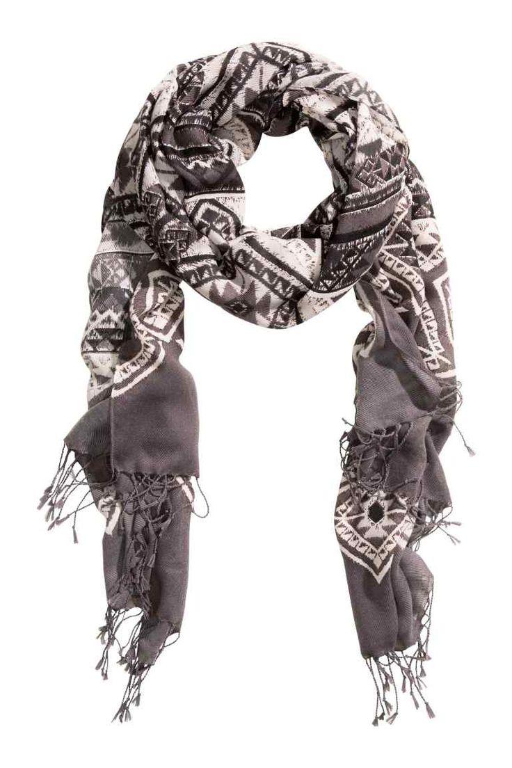 Шарф: Шарф из ткани с набивным рисунком. На коротких концах шарфа бахрома. Размер 90х200 см.