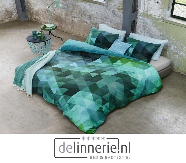 Shades of Sea is een grafisch dekbedovertrek in eigentijdse kleuren. Combinatie van aquablauw, verschillende tinten groen, prachtig mint en petroltinten geven dit dekbedovertrek van 100% katoensatijn een spectaculaire uitstraling. Door de oneindige variatie in blauwgroene kleuren is dit dekbedovertrek een echt blikvanger op je bed. #delinnerie