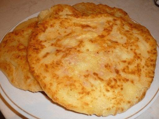 Bez váhy a odměrky: Líné kefírové placky plněné šunkou a sýrem