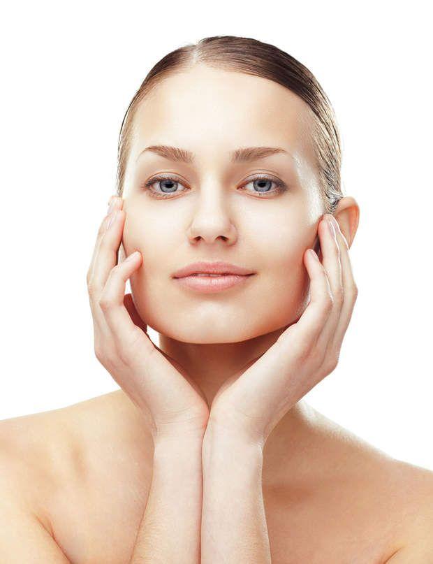 Les peelings C'est pour quoi? Pour redonner un réel éclat au teint mais les médecins aiment l'associer à d'autres traitements, comme les injections d'acide hyaluronique ou lamésothérapie pour doper leurs résultatsou encore l'utiliser pour un nettoyage efficace de la peau.Comment ça marche? Le but de ces produits est d'entrainer une desquamation (une exfoliation) de la peau pour en lisser le grain. Il en existe plusieurs catégories. Les «moyens» sont parfaits dès la quarantaine pour…