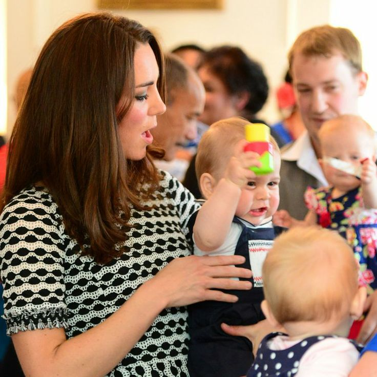 Le prince George de Cambridge, âgé de 8 mois, honorait son tout premier engagement officiel avec ses parents le prince William et Kate Middleton le 9 avril 2014 en Nouvelle-Zélande, lors d'un événement avec dix autres bébés organisé par l'association Plunket à la Maison du gouvernement à Wellington.