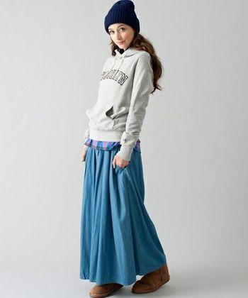 注目度が高いのがロングフレアタイプのデニムスカートです。カジュアルスタイルも、ロングのフレアスカートなら女の子らしく仕上がりますね。