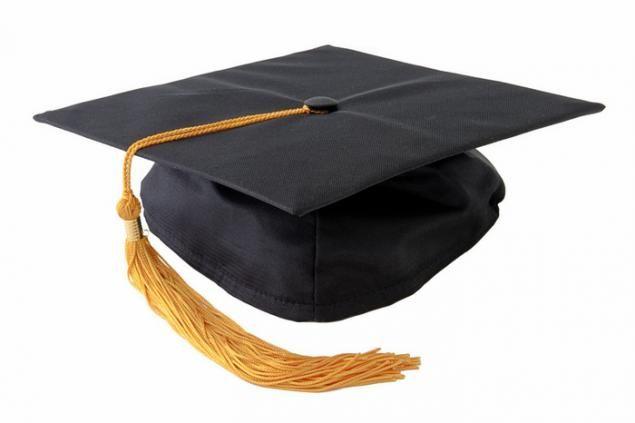 Академическая квадратная шапочка — торжественный головной убор выпускников высших учебных заведений, следующих британской модели образования. Академическая шапочка представляет собой квадратную доску с кисточкой по центру,  прикрепленную к небольшой шапочке традиционно черного цвета с желтой или золотой кисточкой.