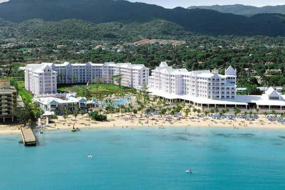 Located in the banks of the privileged beach Mammee Bay in Ocho Rios, Jamaica, the ClubHotel Riu Ocho Ríos (All Inclusive 24h) is surrounded by thick woods and waterfalls. // Situado en la orilla de una playa privilegiada, Mammee Bay, Jamaica, el ClubHotel Riu Ocho Ríos (Todo Incluido 24h) es rodeado de bosques frondosos y de cascadas de agua.
