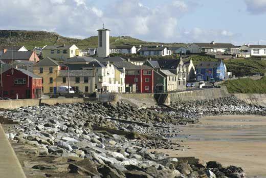 Si pensabais que era deporte de verano, no es cierto. Es después de esta estación cuando comienza la temporada. En invierno es cuando las olas son buenas, como dicen los surfistas. Aquellos que hagáis surf o queráis aprender, os proponemos Lahinch en la costa noroeste de Irlanda.