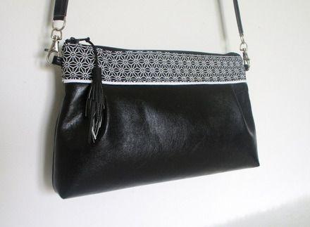 Ce sac pochette est cousu dans un simili cuir noir lisse partie basse et un tissu de coton avec des motifs japonais partie haute. La doublure est en coton noir. Bandoulière amov - 20539607