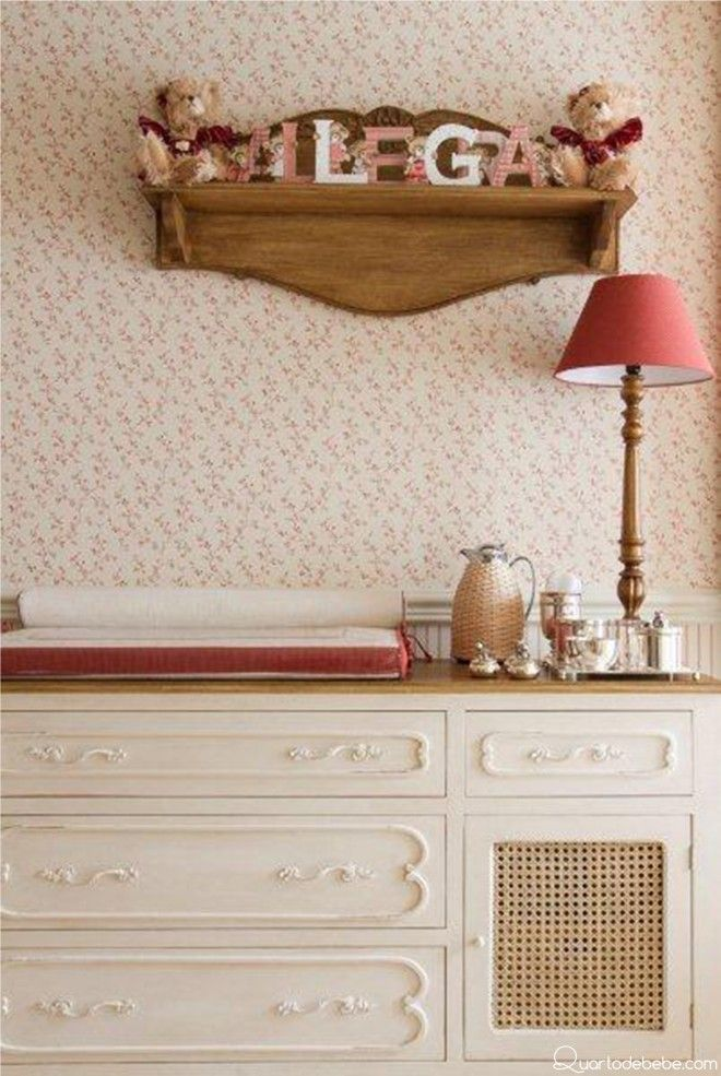 papel de parede flora com abajur e kit higiene, prateleira com letras.
