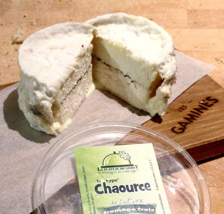 """17/12 J-9 Le """"type Chaource"""" à la truffe du Plateau du Gerny. Voilà maintenant 5 ans que Anne Walhin et Viviane Evrard sont à la tête de leur propre production de fromages réalisés à partir du lait frais des vaches de leur ferme. Une ferme située sur le splendide Plateau du Gerny. Leur gamme est large; pâtes dures, molles et fromages frais dont un """"type Chaource"""" qu'elles proposent """"nature"""" ou...à la truffe! Un petit bonheur, crémeux juste comme il faut, qui s'entend comme cochon avec la…"""