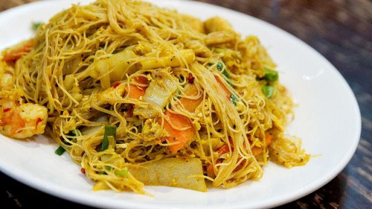Cucina cinese, spaghetti di riso con gamberi e verdure ricetta originale