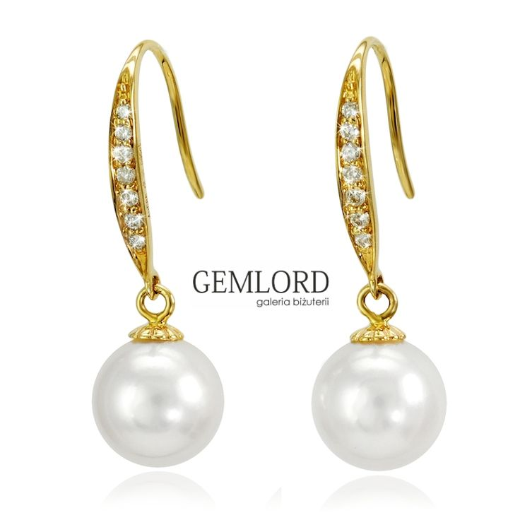 Przepiękne perły morskie w złotej oprawie. Białe, o subtelnym różowym overtonie i intensywnym blasku. Zapięcia kolczyków w postaci otwartych bigli zdobionych iskrzącymi brylantami. Proste w formie a zarazem niezwykle efektowne.  #kolczyki #earrings #diamenty #diamonds #perły