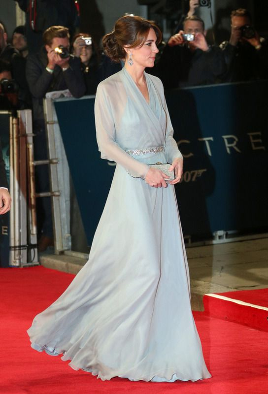 Kate Middleton eligió un vaporoso vestido en azul palido con sutiles transparencias y detalle joya en la cintura de Jenny Packham, clutch de la misma firma y sandalias de Jimmy Choo.
