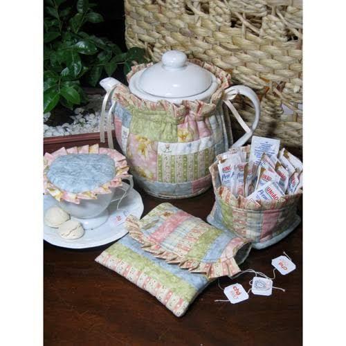 Projeto especial para um conjunto para o chá da tarde, com snuggie, cestinho para sachês, envelope para colher e saquinhos de chá e abafador de xícara.Clique aqui para mais detalhes