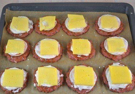 Hagymakarikákat tett a húspogácsára, majd megsütötte, egyszerűen fenséges lett! - Bidista.com - A TippLista!