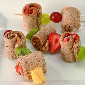 Leuk en geond, deze rolletjes voor in de broodbakjes. Vers fruit vervangen door gedroogde abrikoos - ook lekker!