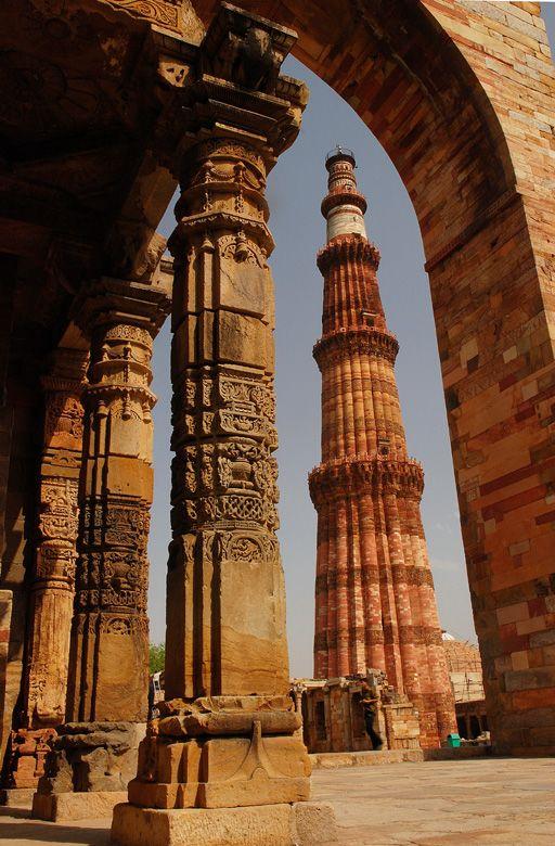 Qutub Minar, the tallest minaret built in bricks in the world in Delhi, India (by federico).