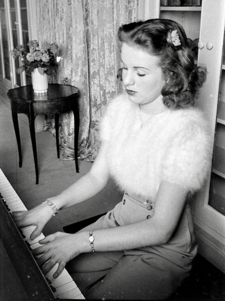 1940s •~• lady in lovely outfit, playing piano