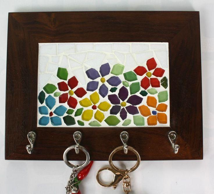 Deixar as chaves sempre organizadas e em único lugar é a melhor forma de não se estressar na hora de sair de casa, não é mesmo? <br>Esse porta chaves em madeira de lei (Imbuia) com quatro ganchos resistentes em mosaico de pastilhas de vidro, além de cumprir esse papel tão importante na nossa organização, enfeita e ilumina qualquer cantinho do nosso lar! <br> São delicadas flores em várias cores, todas recortadas manualmente.
