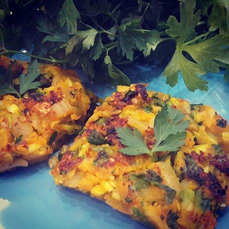 Zamiast placków ziemniaczanych idealnie sprawdzą się placuszki z cukinii :) Składniki: 1 cukinia 1/2 cebuli 2 marchewki natka pietruszki sól, pieprz