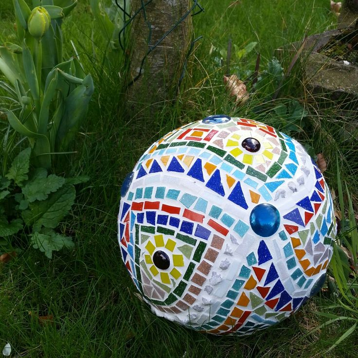 Bowlingbal mosaic in our garden