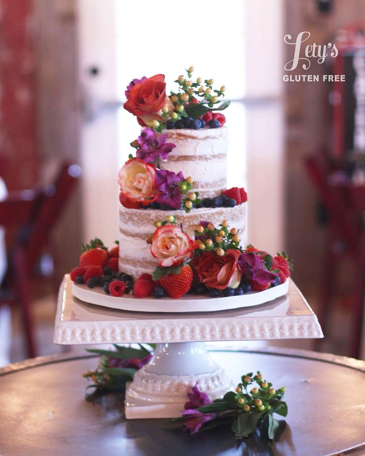 wedding cakes with berries and flowers semi wedding cake with fresh flowers and berries 25980