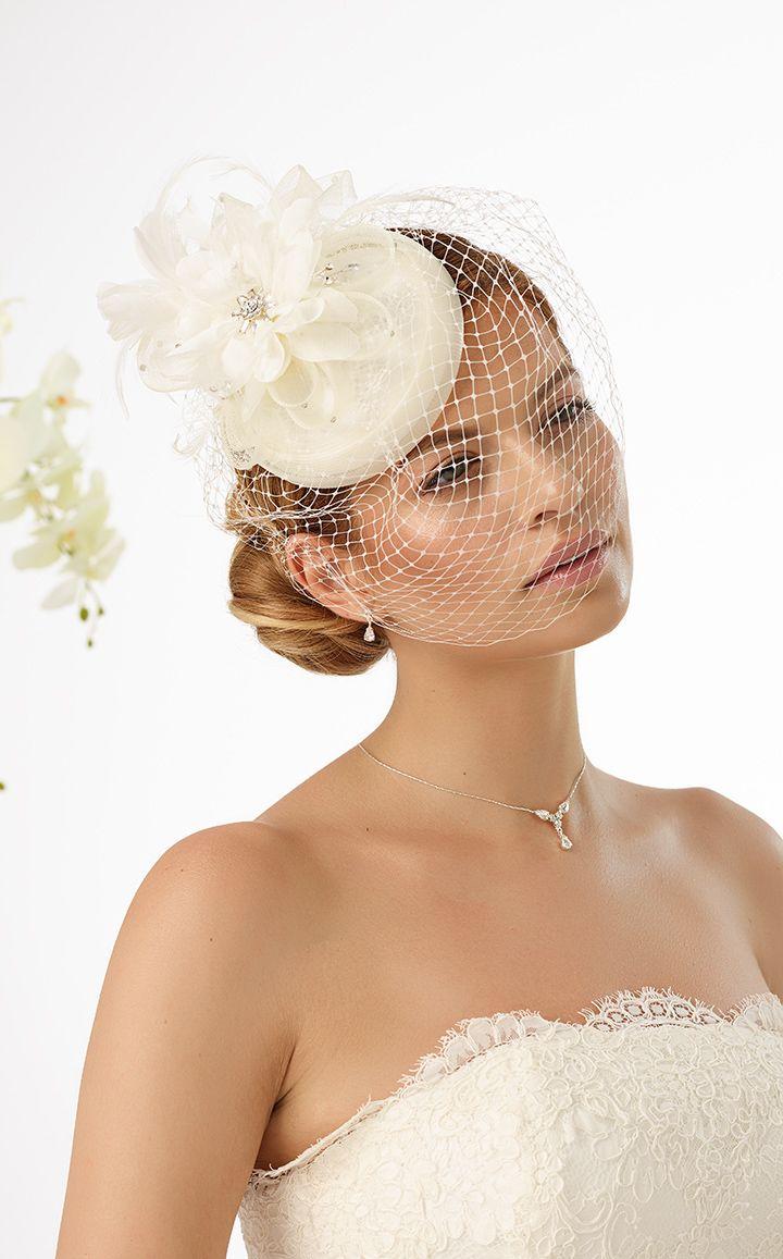 Cute mini top hat 107 from Bianco Evento #biancoevento #hairstyles #weddingaccessories #hairjewellery #weddingideas #bridetobe