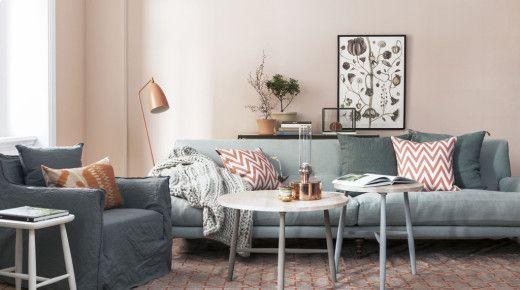 Tapet Boråstapeter Mineral milda toner vardagsrum grå soffa